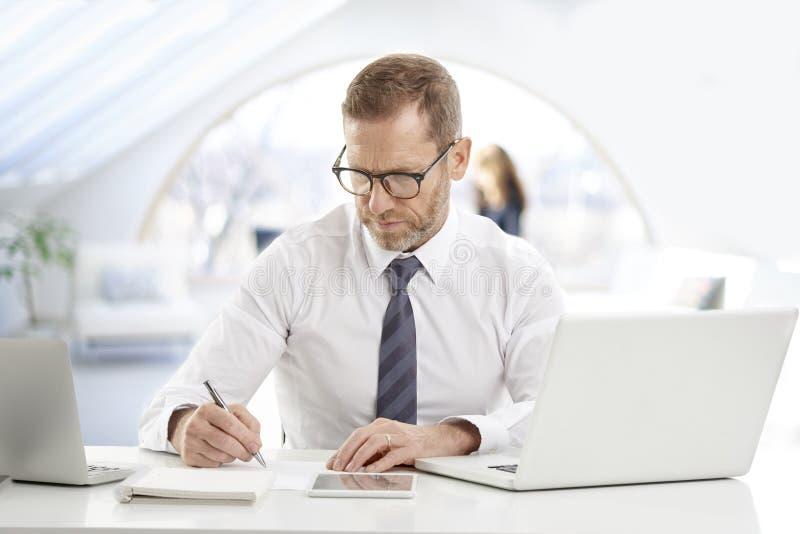 Financiële managerzakenman met laptops stock afbeelding