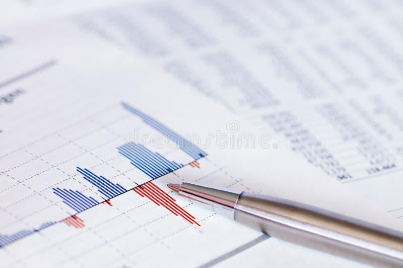 Financiële planning met voorraadgrafiek en pen. royalty-vrije stock fotografie