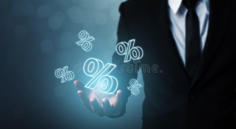 Financiële rentevoet en het concept van hypotheektarieven De zakenmanhand toont pictogrampercenten stock fotografie