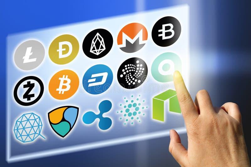 Financiële technologie en Internet-geld - wisselkoersen en muntstuktekens stock foto's