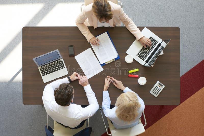 Financiële vergadering op kantoor royalty-vrije stock afbeelding
