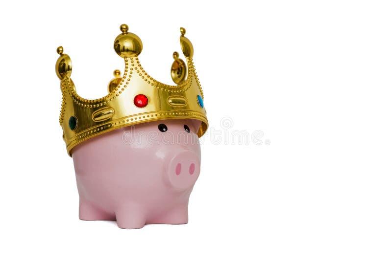 Financiële winnaar of koning van het concept van geldbesparingen, roze spaarvarken die een gouden kroon dragen op bovenkant op wi stock foto's