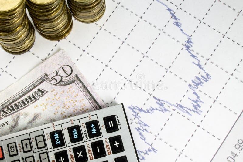Financiën bedrijfsberekening met grafiek, calculator en muntstukken royalty-vrije stock afbeeldingen