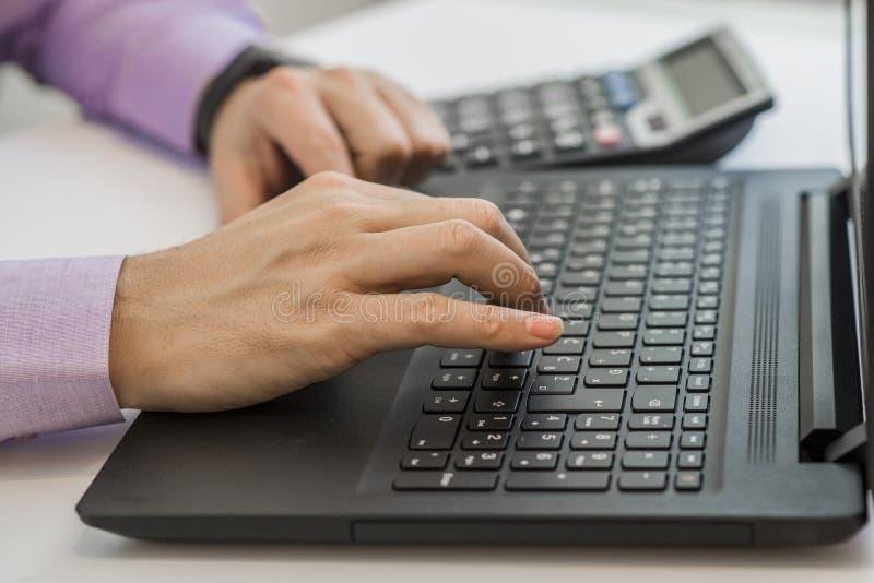 Financiën, boekhouding die, Zakenman investeringsgrafieken met calculatorlaptop de analyseren berekenen technologie in bureau royalty-vrije stock afbeelding