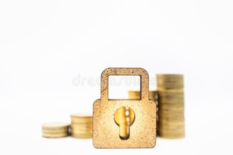 Financiën, Geld, Veiligheids en Besparingsconcept Sluit omhoog van het houten pictogram van het loperslot voor stapel gouden munt stock foto