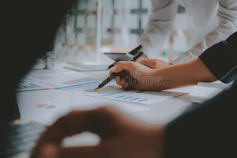 Financi?le adviseur die met investeerder bespreken De bedrijfsmensen hebben een vergadering Zakenman die met team werken stock foto's