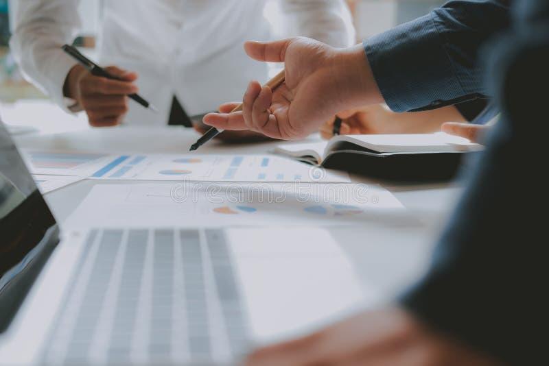 Financi?le adviseur die met investeerder bespreken De bedrijfsmensen hebben een vergadering Zakenman die met team werken stock afbeelding