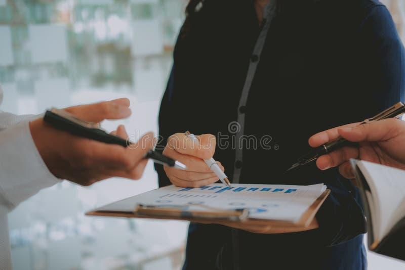 Financi?le adviseur die met investeerder bespreken De bedrijfsmensen hebben een vergadering Zakenman die met team werken stock foto