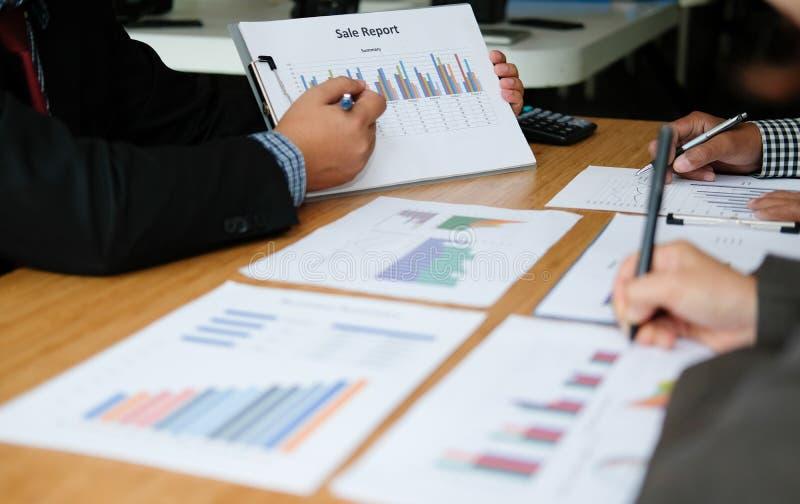 Financi?le adviseur die met investeerder bespreken De bedrijfsmensen hebben een vergadering Zakenman die met team werken royalty-vrije stock afbeelding