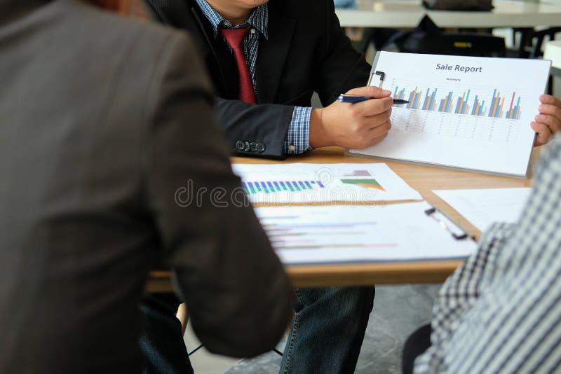Financi?le adviseur die met investeerder bespreken De bedrijfsmensen hebben een vergadering Zakenman die met team werken royalty-vrije stock afbeeldingen