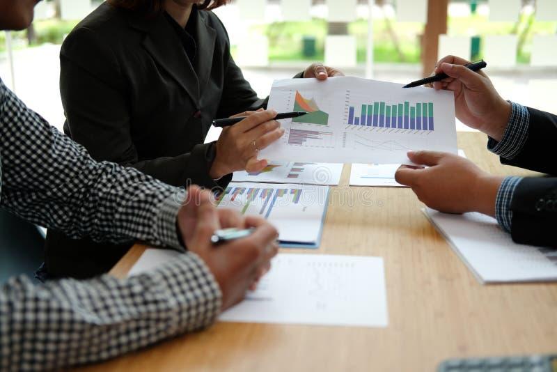 Financi?le adviseur die met investeerder bespreken De bedrijfsmensen hebben een vergadering Zakenman die met team werken stock afbeeldingen