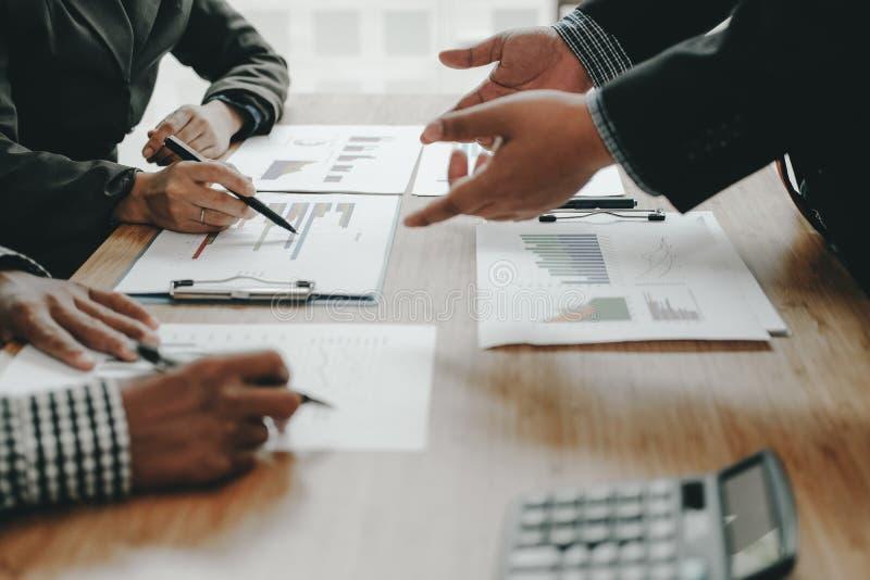 Financi?le adviseur die met investeerder bespreken De bedrijfsmensen hebben een vergadering Zakenman die met team werken royalty-vrije stock foto