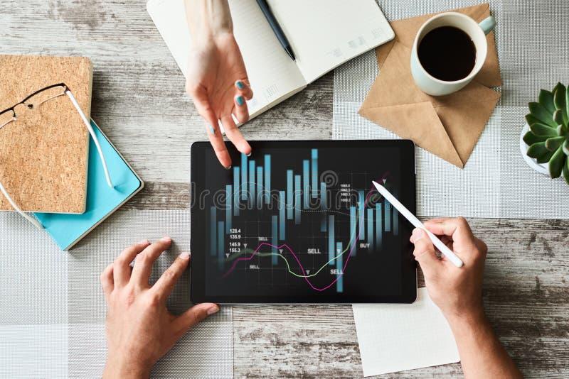 Financi?le grafieken op het apparatenscherm Online Investering en voorraad handelconcept royalty-vrije stock afbeeldingen