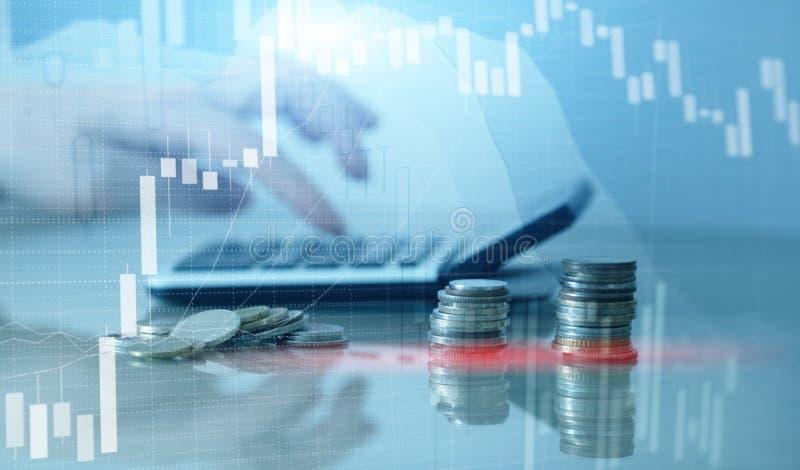 Financi?le grafiekgrafiek en rijen van muntstukken met calculator stock illustratie