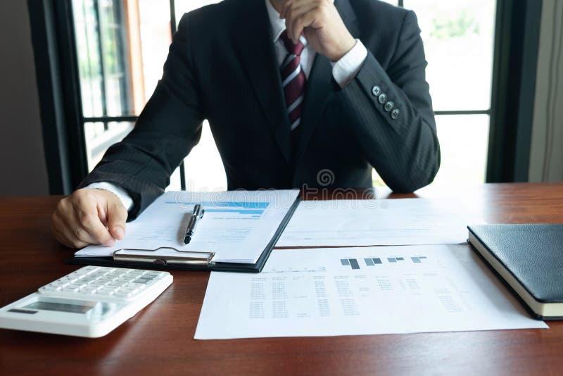 Financi?le zakenlieden, het werk, boekhouding, beleggingsadviseurs die het het werkwerk in het bureau raadplegen royalty-vrije stock foto