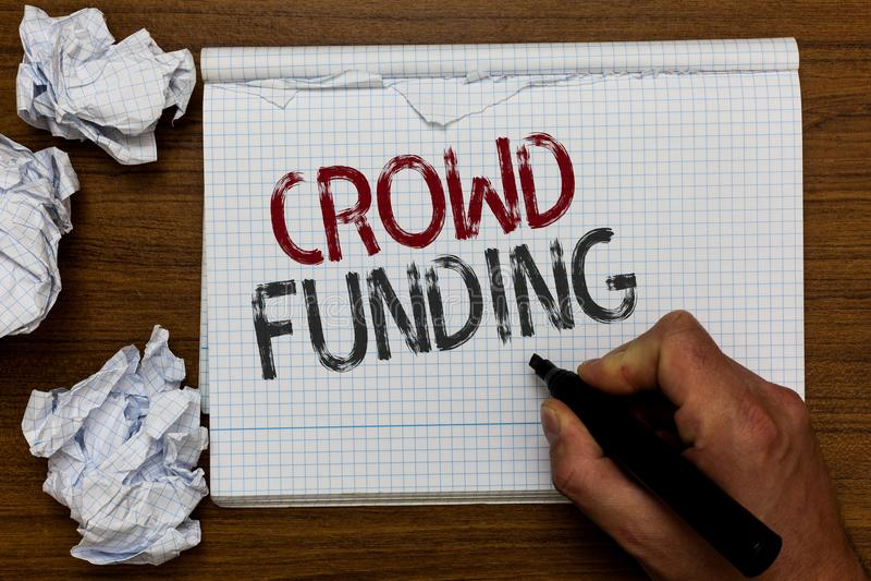 Financiación de la muchedumbre del texto de la escritura Las donaciones de lanzamiento Fundraising de la plataforma del compromis fotografía de archivo