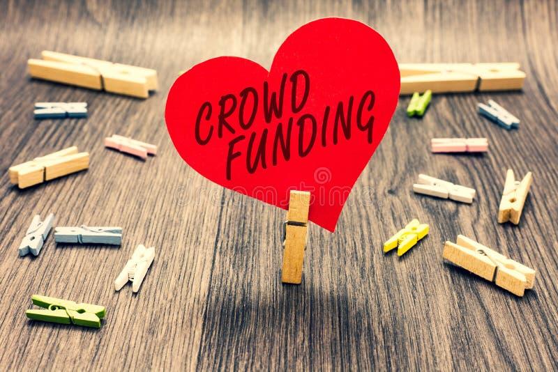 Financiamento da multidão do texto da escrita da palavra Conceito do negócio para a terra arrendada Startup Fundraising do pregad fotos de stock royalty free