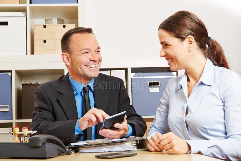 Financiamiento calculador del consultor en oficina fotografía de archivo