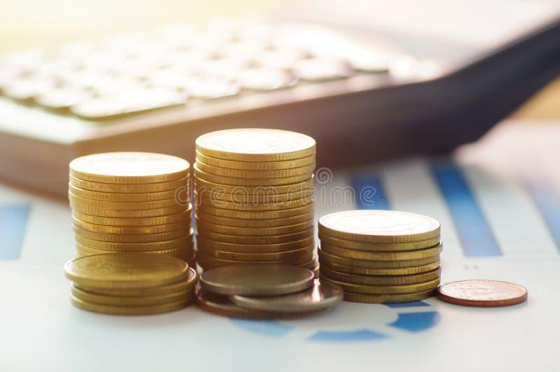 Financie o conceito principal da operação bancária e de contabilidade, as moedas do dinheiro e o c foto de stock