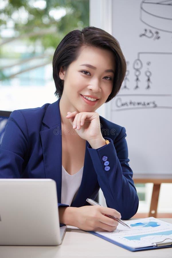 Financieel analist die op kantoor werken stock foto's