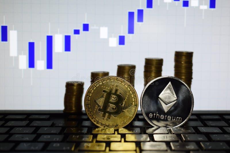 Financieel de groeiconcept met de gouden zilveren Ethereum ladder van Bitcoins op forex grafiekachtergrond Virtueel Geld stock foto's