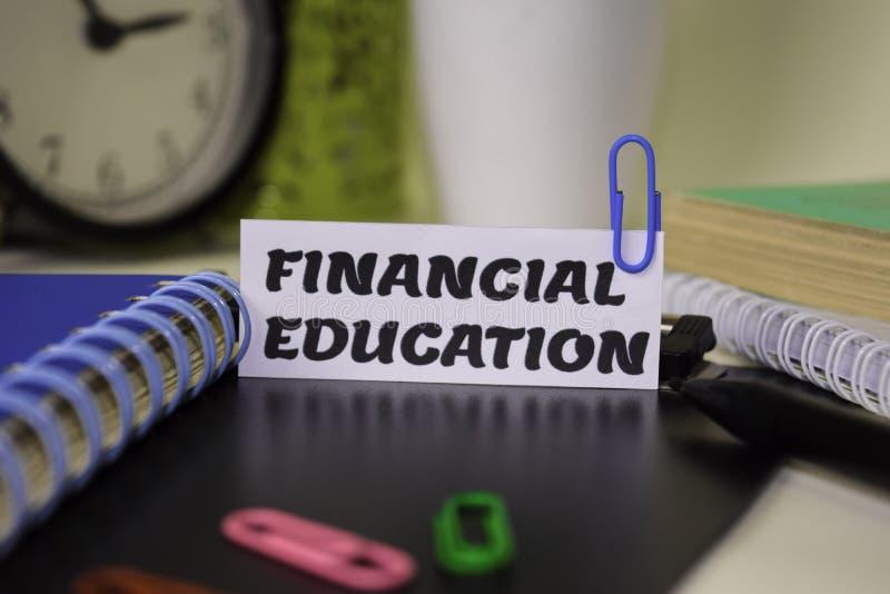 Financieel die Onderwijs op het document op het bureau wordt geïsoleerd Bedrijfs en inspiratieconcept royalty-vrije stock foto's