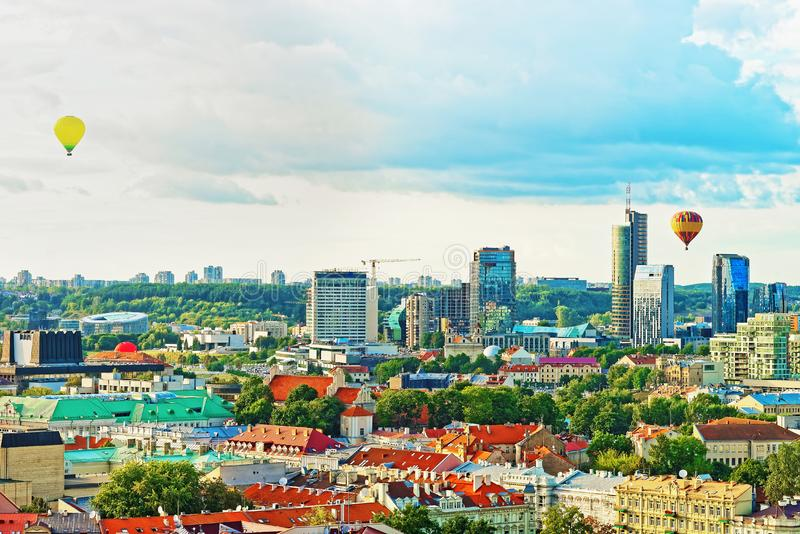 Financieel district van de ballons van Vilnius en van de hete lucht in hemel royalty-vrije stock fotografie