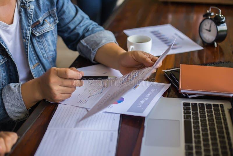 Financieel, het rekenschap geven, beleggingsadviseur die haar team op kantoor raadplegen royalty-vrije stock foto's