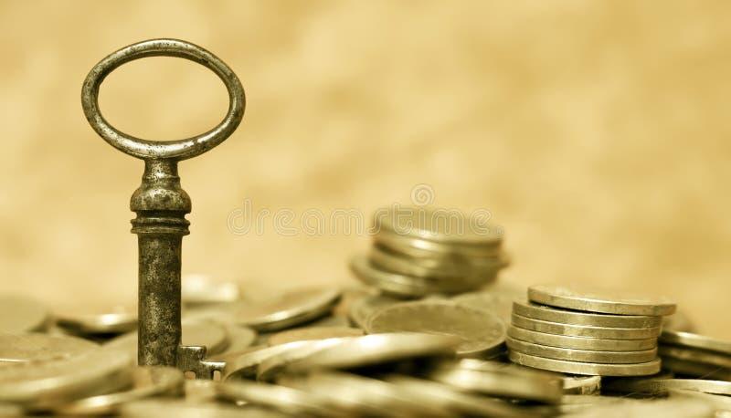 _financieel plannen, vrijheid concept, sleutel en geld muntstuk royalty-vrije stock fotografie