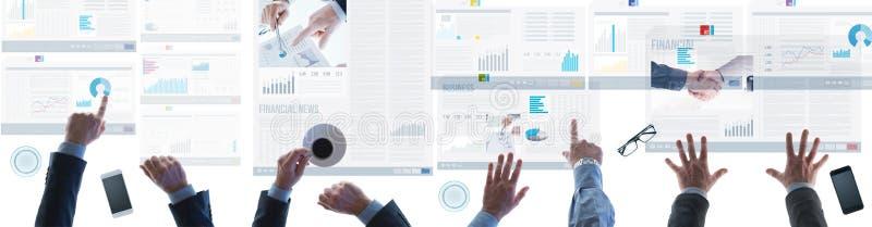 Financieel team die financiële verslagen en nieuws controleren royalty-vrije stock afbeelding