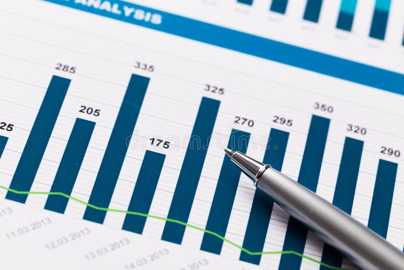 Financieel verslag en grafiek voor zaken royalty-vrije stock foto