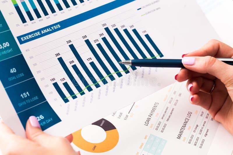Financieel verslag en grafiek voor zaken royalty-vrije stock fotografie