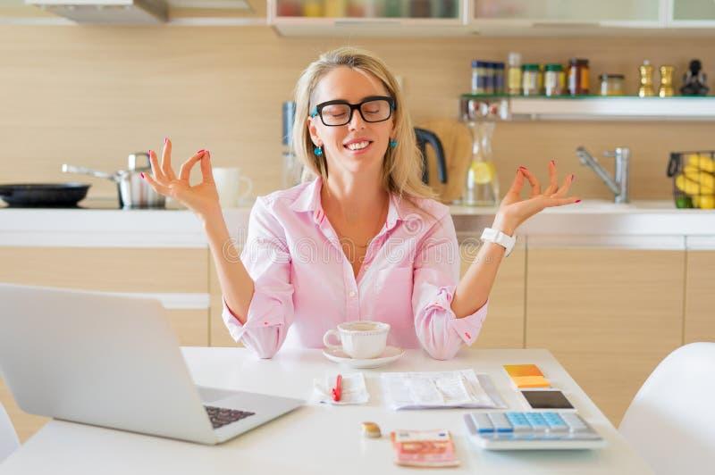 Financieel vrije en kalme huisvrouwenzitting in keuken stock afbeelding