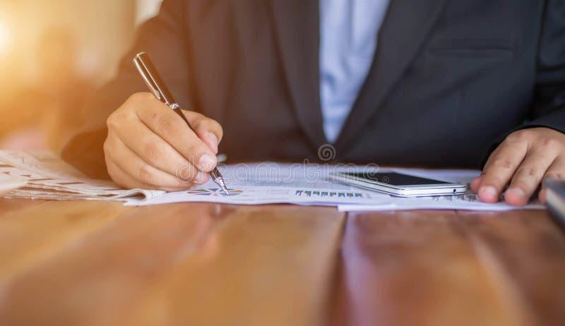 Financier, rendant compte, conseiller en investissement consultant son équipe image libre de droits