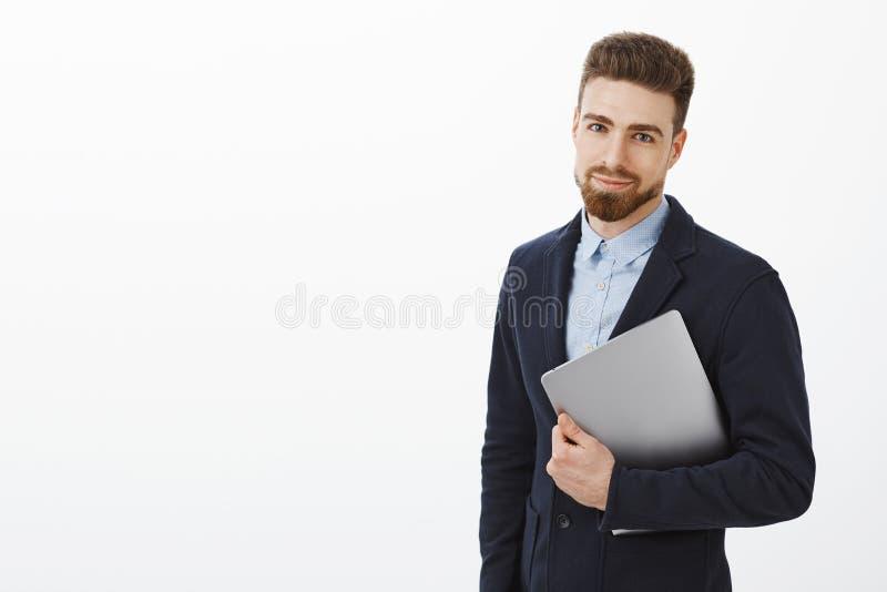 Finans-, affärs- och teknologibegrepp Charmig elegant ung man med skägget och blåa ögon i stilfullt dräktinnehav royaltyfria bilder