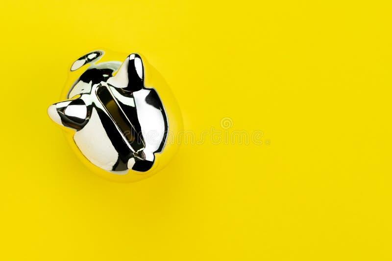 Finans, bankrörelsen, besparingar eller investeringbegreppet som är skinande försilvrar spargrisen på fast gul bakgrund med kopie royaltyfri bild