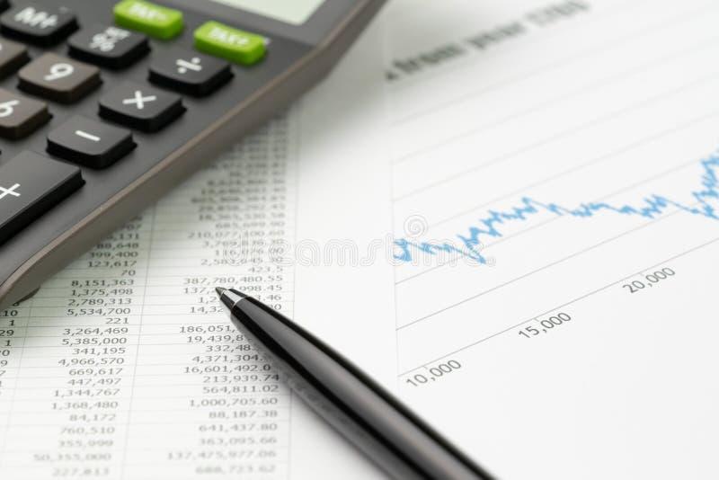 Finans- eller aktiemarknadinvesteringbegrepp, penna på rapportpapper för finansiella data med prissättninggrafen, diagram och räk royaltyfri bild
