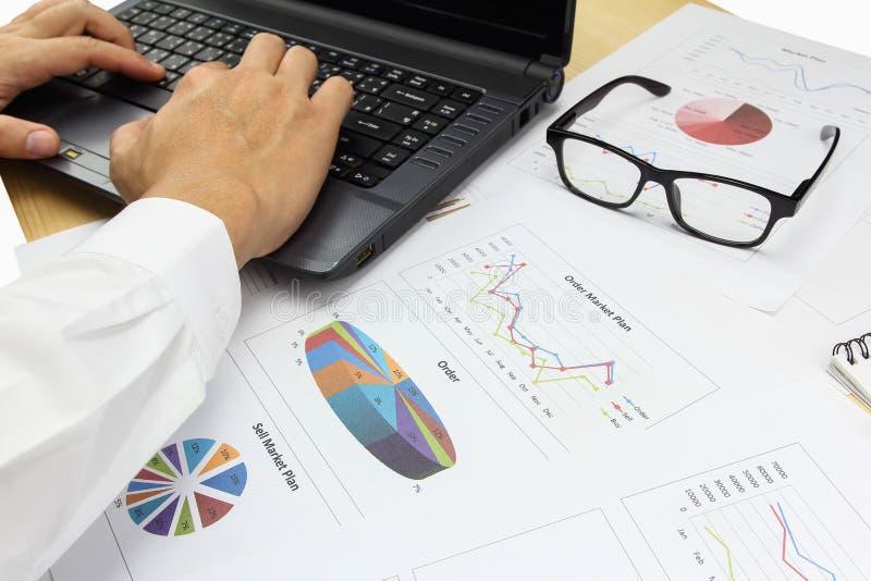 Finans för plan för marknad för beställning för affärsmanSummary rapport royaltyfri bild