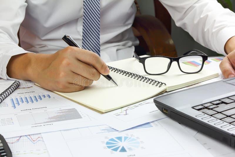 Finans för plan för marknad för försäljning för affärsmanSummary rapport royaltyfria bilder