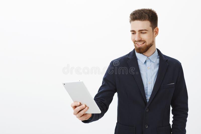 Finans, gigekonomi och affärsidé Självsäker förtjust lyckad manlig entreprenör i elegant stilfull dräkt arkivfoto