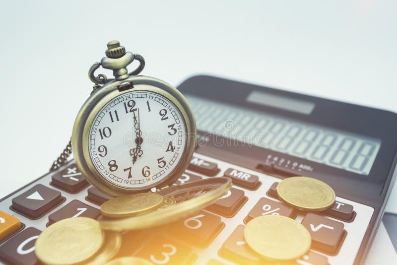 Finans- och bankrörelsebegrepp För slut mynt och räknemaskin upp för royaltyfria foton
