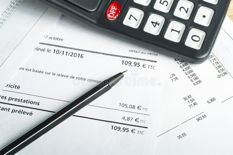 Finans- och budgetbegrepp Räknemaskin, penna och redovisningsdokument på kontorstabellen arkivfoton