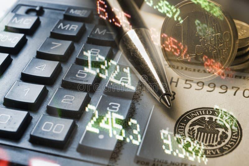 Finans som packar ihop begrepp Euromynt, oss dollarsedelnärbild Abstrakt bild av det finansiella systemet med selektivt royaltyfria bilder