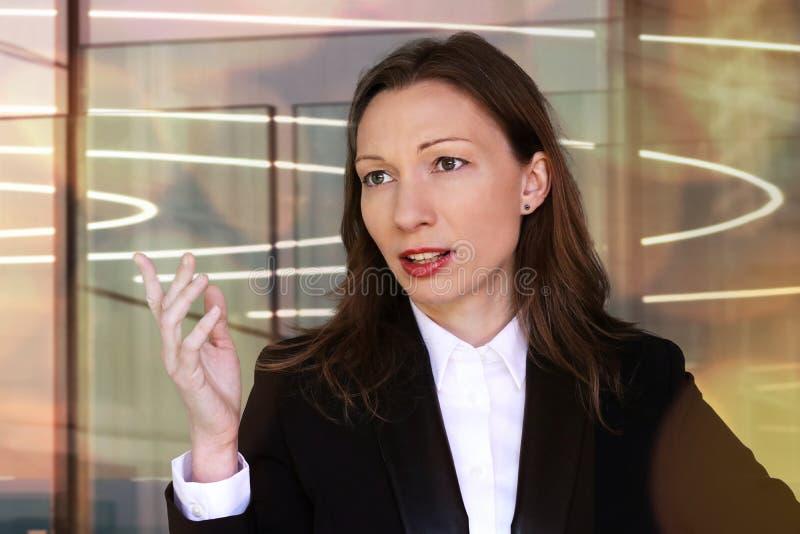 Finansaffärskvinna i ett möte arkivfoton