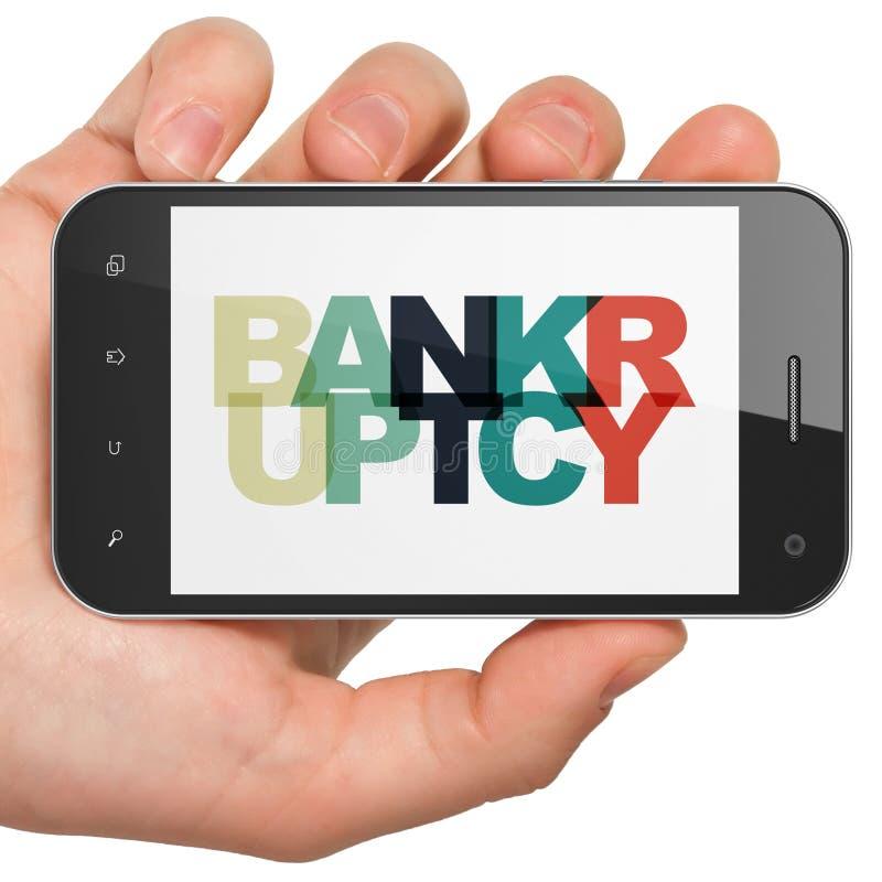 Finansbegrepp: Hand som rymmer Smartphone med konkurs på skärm royaltyfri illustrationer