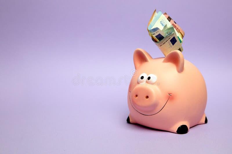 Finanse, bankowość, uśmiechnięty różowy prosiątko bank oprócz pieniądze, konto, zdjęcie royalty free