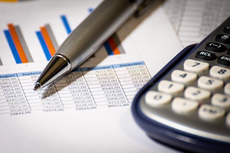 Finanse, biznesowego budżeta planowanie i analizy pojęcie, wykresu raport z kalkulatorem na biurowym biurku obrazy royalty free