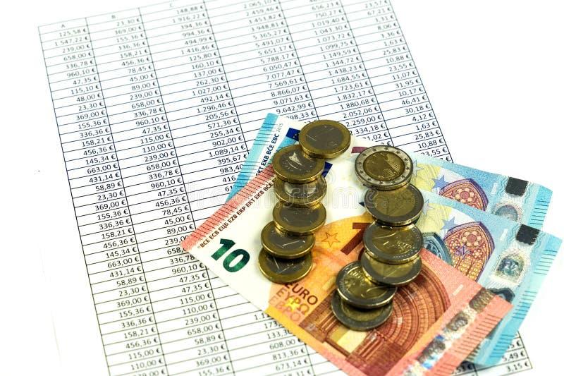 Finanse, euro moneta, pióro i kieszeniowy kalkulator na białym tle, fotografia stock