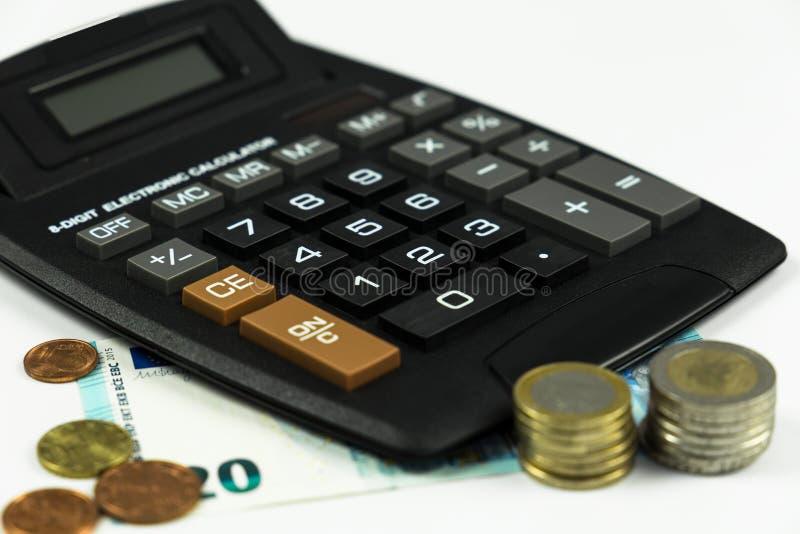 Finanse, euro moneta, pióro i kieszeniowy kalkulator na białym tle, obrazy royalty free
