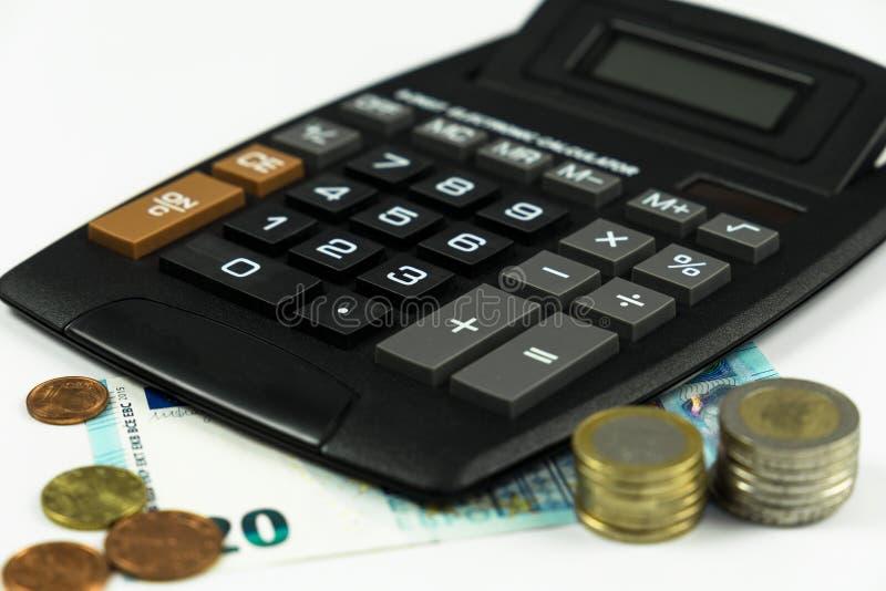 Finanse, euro moneta, pióro i kieszeniowy kalkulator na białym tle, obraz royalty free